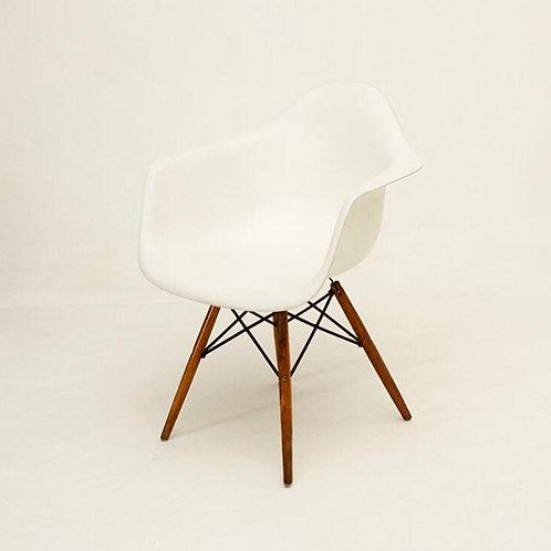 Cadeira branca com pé palito