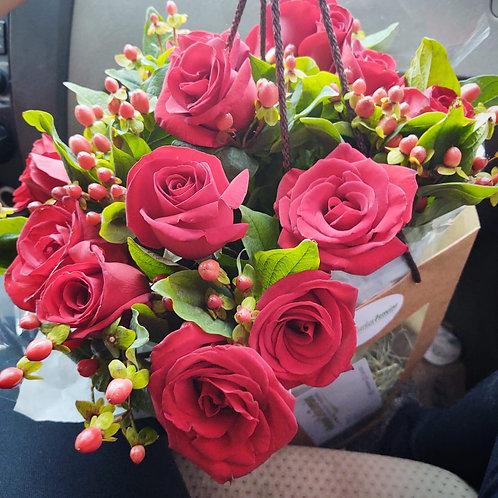 Buquê com 15 rosas vermelhas + hipericum na sacola