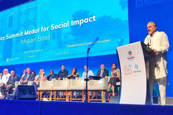 Miguel Bosé Fue condecorado con la Peace Summit Medal For Social Impact durante su participación en