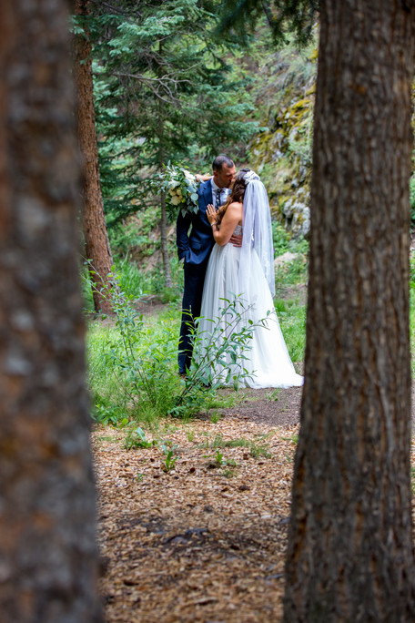 Jared and Lindsey share a kiss amongst the trees