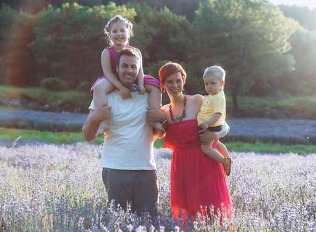 Družinsko fotografiranje na sivkinem polju