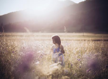 Otroška fotografija na poletnem travniku