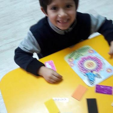 Jugando con mosaico en Huepil Afterschool