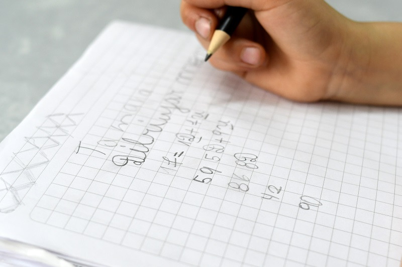 niño escribiendo, preparando examenes libres