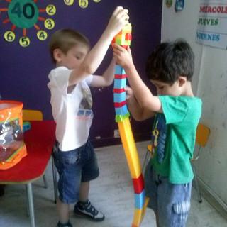 Jugando con Legos en Huepil Afterschool