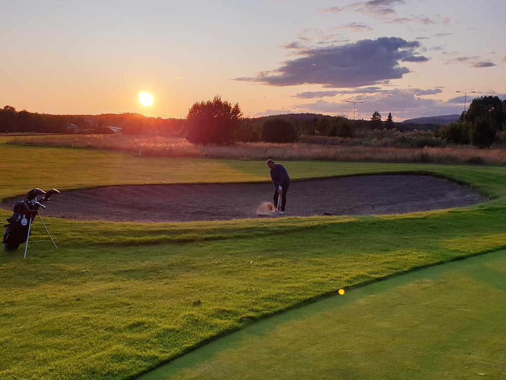 Selv om banen akkurat nå er åpen, drømmer vi oss tilbake til grønnere gress, gode temperaturer og solnedgangsgolf!