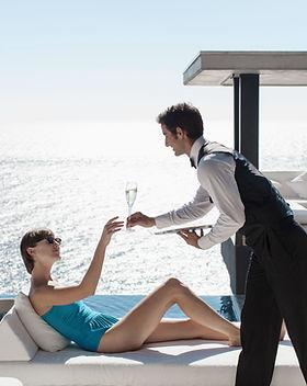 Camarero vino Sirviendo con vista al mar