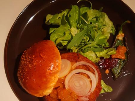 Gemüse-Burger mit Kürbis-Apfel-Chutney im Sesam-Bun mit saisonalem Salat