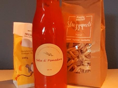 Strozzapretti mit hausgemachter Salsa di Pomodoro und geriebenem Parmesan
