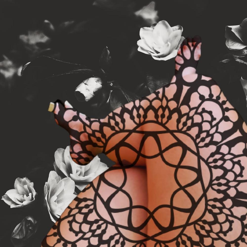 Montagem fotografica, no fundo foto em preto e branco de rosas brancas, à frente pernas femininas cruzadas com um grafismo preto sobreposto
