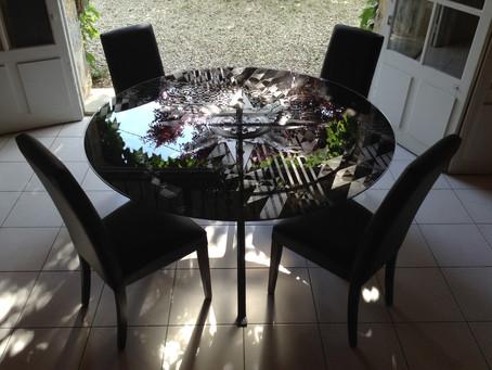 Table en verre et pieds en métal