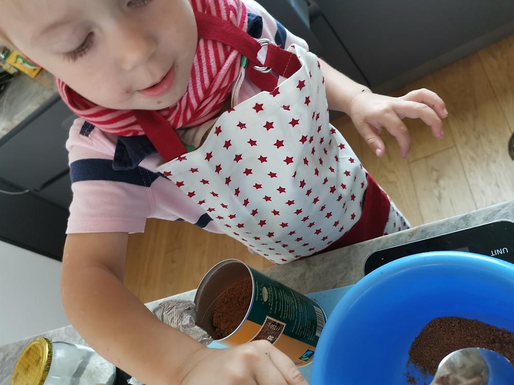Zucchinikuchen, Katharina rührt
