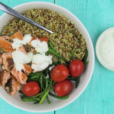 Diner: bulgur en quinoa bowl met gegrilde zalm, linzen en groente