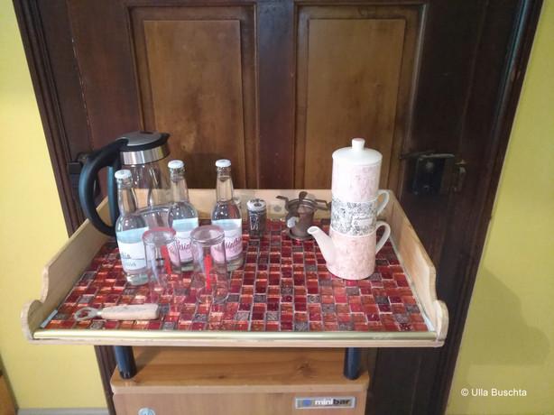 Mini-Kühlschrank mit Tee- und Kaffeebar