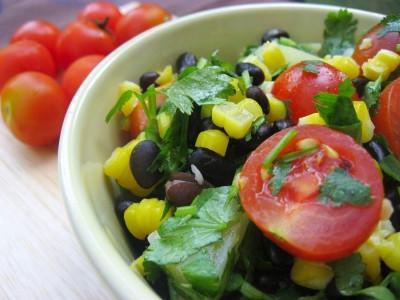 Салат из черной фасоли с кукурузой