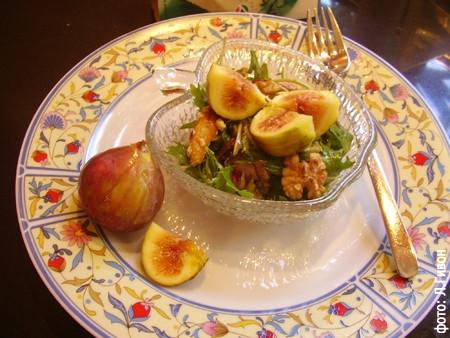 Салат с инжиром и орехами