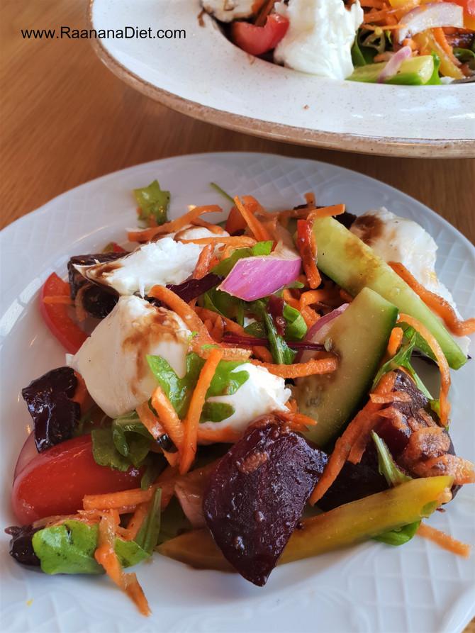 Салат из сырых овощей с запеченой свеклой