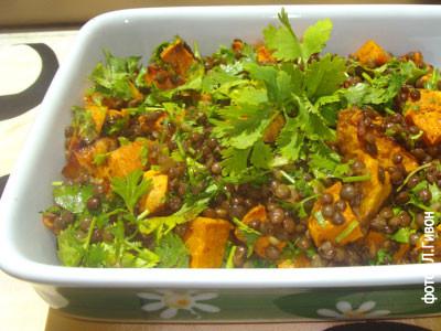 Салат с черной чечевицей и бататами