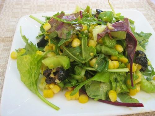 Зерна кукурузы для этого салата можно брать замороженные (их следует разморозить и обдать кипятком) или срезать с отваренных початков