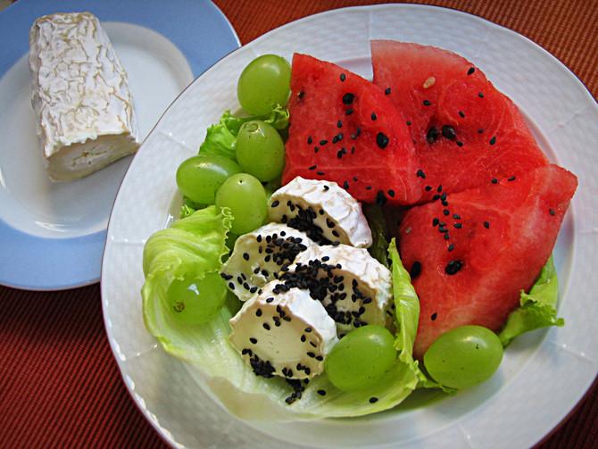 Фруктовый салат с козьим сыром