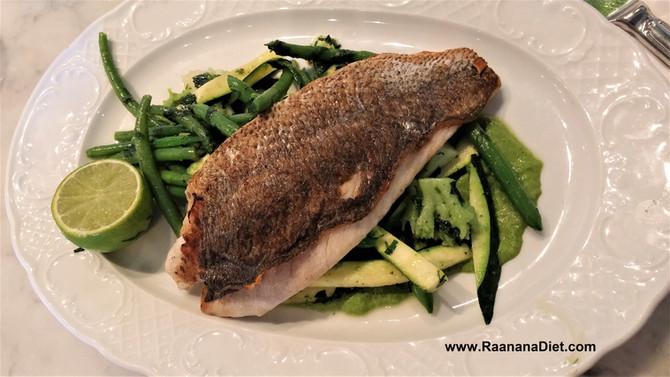 """Белая рыба на зеленой овощной """"подушке"""" с соусом"""