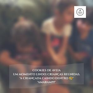 Crianças comendo cookies de farinha de aveia
