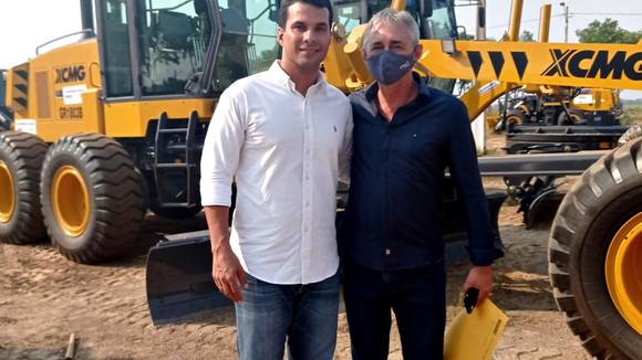 Prefeito Paulo Hernandes recebe mais uma motoniveladora para o município