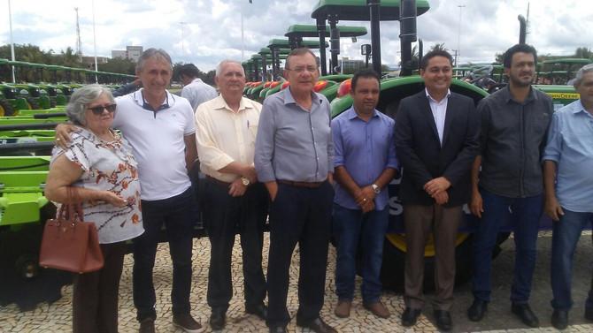Prefeito Paulo Hernandes recebe trator e implementos agrícolas adquiridos pelo Governo do Estado
