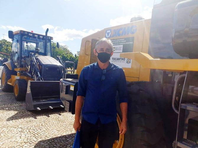 Prefeito Paulo Hernandes recebe maquinário para o município