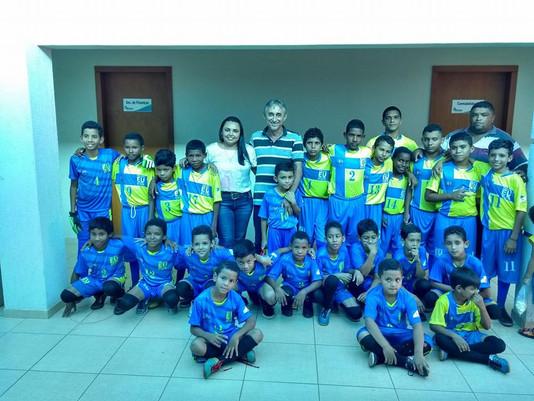 Prefeito faz entrega de material esportivo para crianças do município