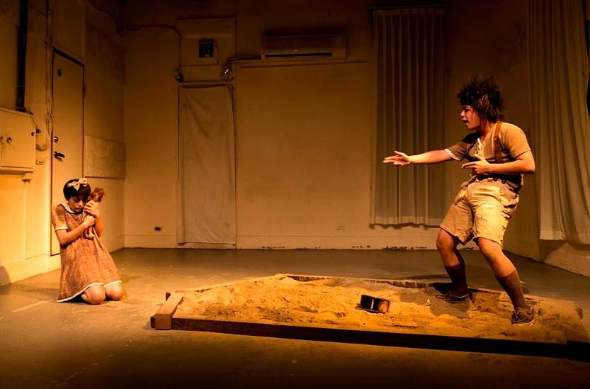 【迴響】同齡女孩永遠比男孩早熟?波蘭經典《沙地》舞台劇中看見兩性成長的不同步。