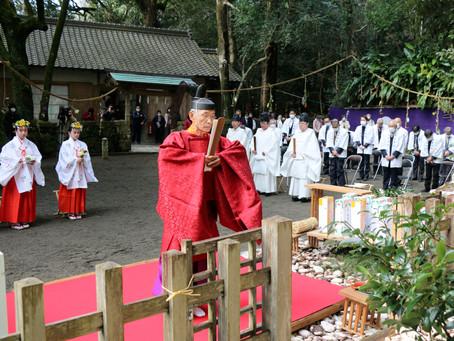 厳かに神事を斎行  花の窟神社春季例大祭 お綱に触れて御神徳を