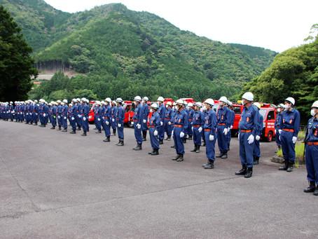 汗拭いホース繋ぐ 熊野市消防団  方面隊訓練がスタート