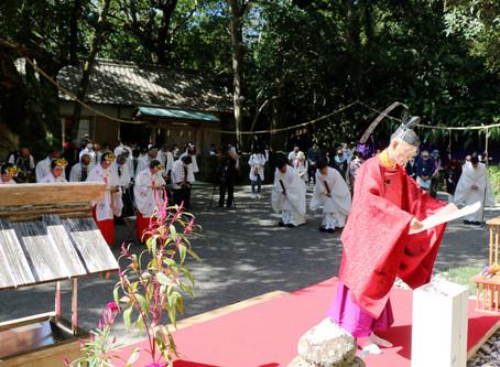 厳かに神事を斎行 花の窟神社秋季例大祭「お綱」は境内に張られ
