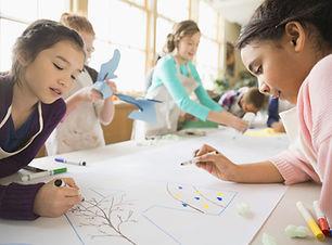 Дети в классе искусства