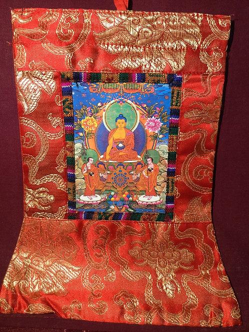 Mini thangka de satin rouge du Bouddha Shakiamouni avec 2 disciples