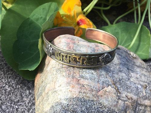 Bracelet en métal avec mantra de compassion Omh Mani Pémé Houng