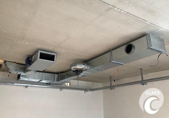 Ventilatie rechte buizen plafond.