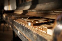 Dead piano // Australia