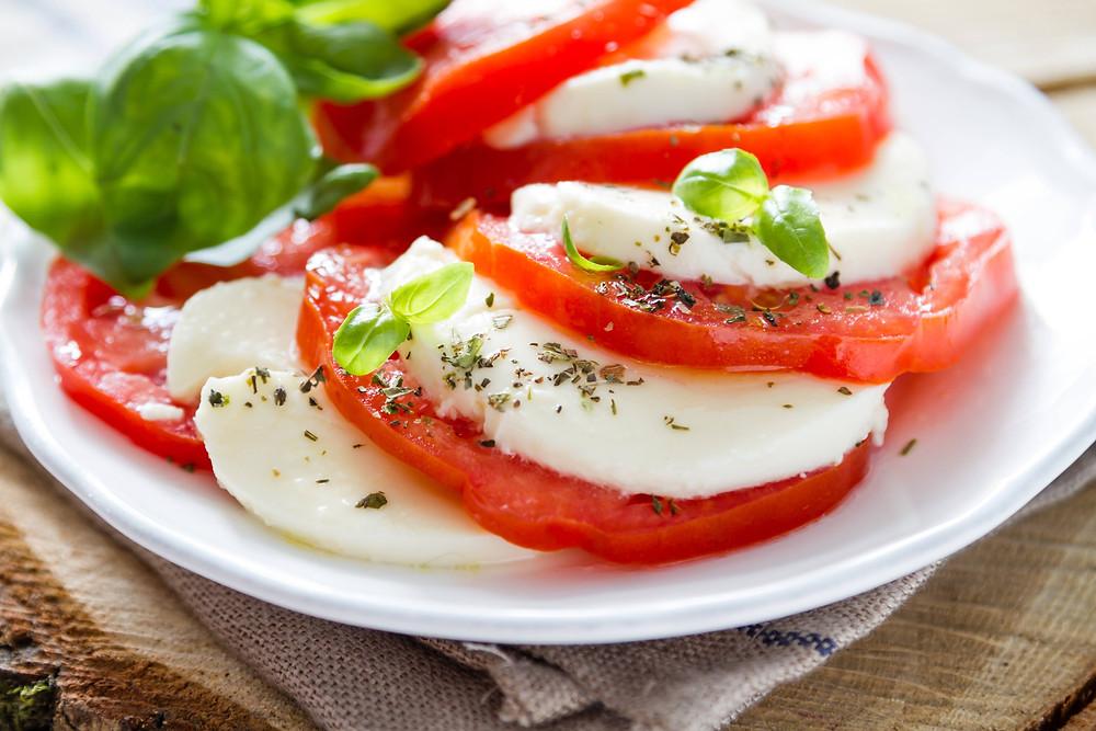 El aceite de oliva virgen extra intensifica el sabor de tus ensaladas
