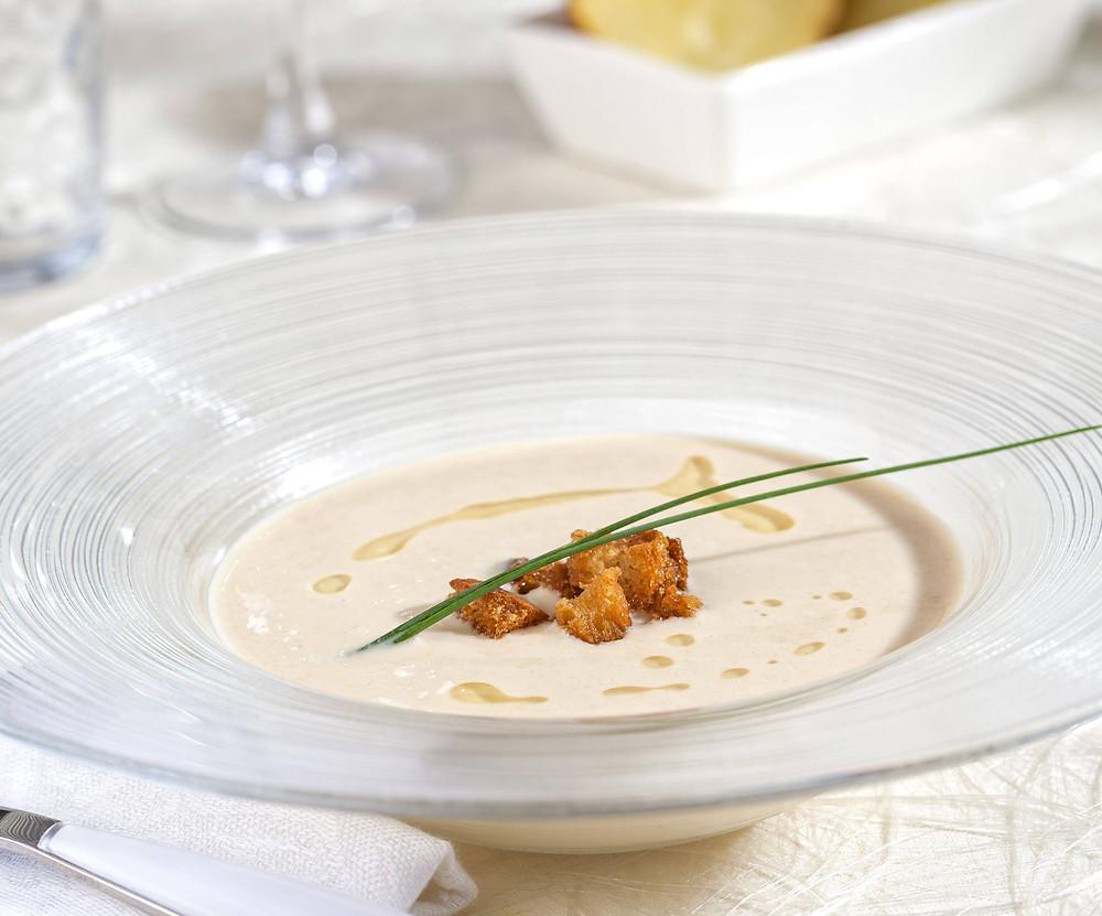 El ajoblanco es una variante del gazpacho andaluz que se elabora con los mismos ingredientes básicos: ajo, pan y aceite de oliva.