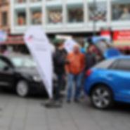 Autofrühling in Halle Saale, Menschen auf dem Marktplatz Halle