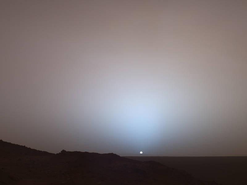 Puesta de sol en el cráter Gusev: El Sol se hunde bajo el horizonte en esta impresionante vista panorámica captada por el rover Spirit  de la NASA en Marte en 2005. NASA/JPL/Texas A&M/Cornell