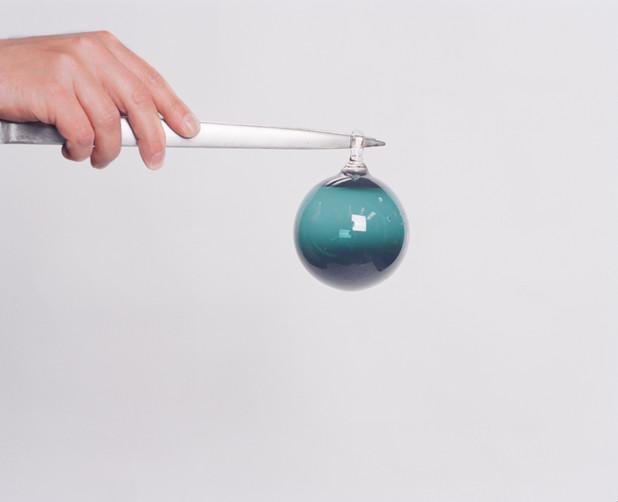 Boule verte avec main.jpg