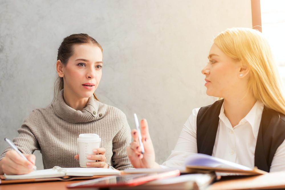 Mulheres de negócios conversando