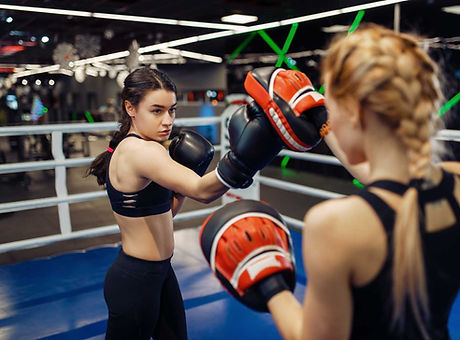 two-women-boxing-in-the-ring-box-trainin