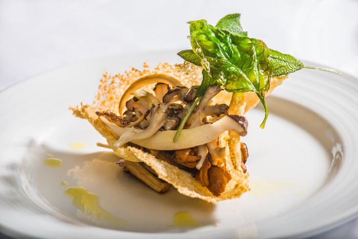 Funghi selvatici su crosta di parmigiano