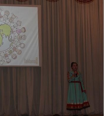 Марианна Петрова читает стих на марийском языке