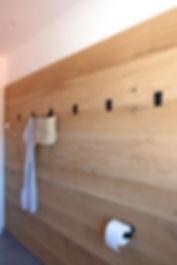 gehobelte Holzwand im Bad, Badplanung, Inneneinrichtung