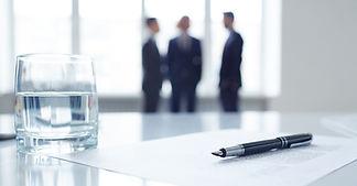 会議室で話す男性